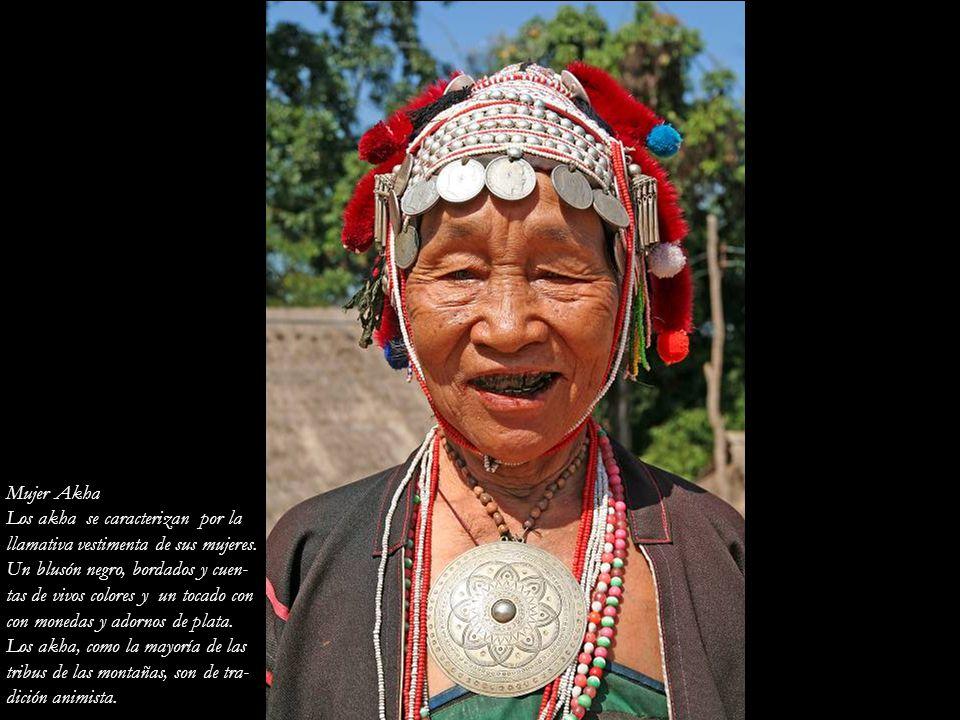 Mujer Akha Los akha se caracterizan por la. llamativa vestimenta de sus mujeres. Un blusón negro, bordados y cuen-