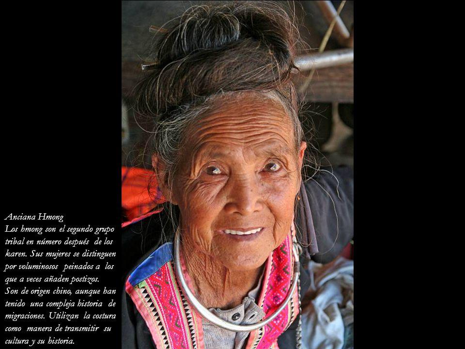 Anciana Hmong Los hmong son el segundo grupo. tribal en número después de los. karen. Sus mujeres se distinguen.