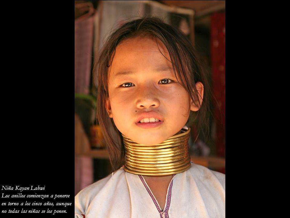 Niña Kayan Lahwi Los anillos comienzan a ponerse. en torno a los cinco años, aunque.