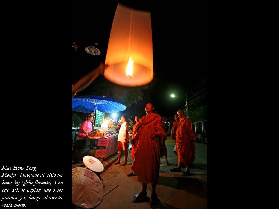 Mae Hong Song Monjes lanzando al cielo un. kome loy (globo flotante). Con. este acto se expían uno o dos.