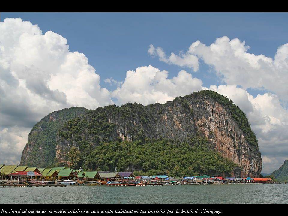 Ko Panyi al pie de un monolíto calcáreo es una escala habitual en las travesías por la bahía de Phangnga