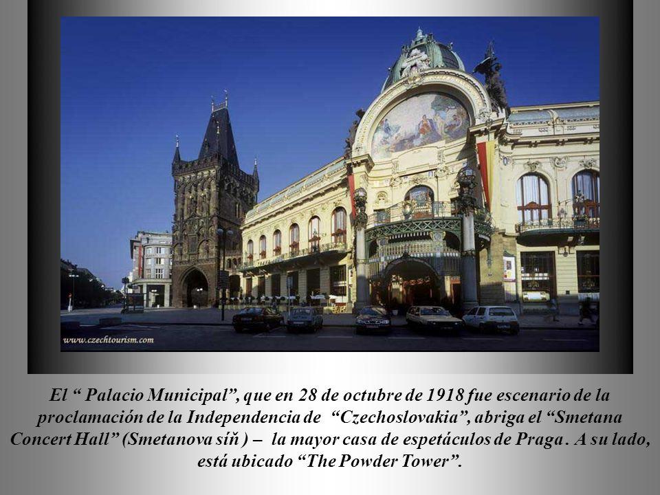 El Palacio Municipal , que en 28 de octubre de 1918 fue escenario de la proclamación de la Independencia de Czechoslovakia , abriga el Smetana Concert Hall (Smetanova síň ) – la mayor casa de espetáculos de Praga .