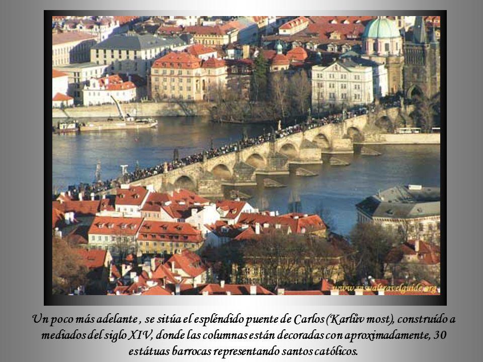 Un poco más adelante , se sitúa el espléndido puente de Carlos (Karlův most), construído a mediados del siglo XIV, donde las columnas están decoradas con aproximadamente, 30 estátuas barrocas representando santos católicos.