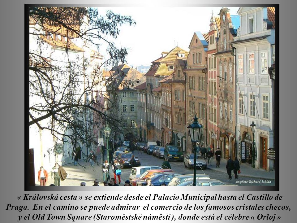 « Královská cesta » se extiende desde el Palacio Municipal hasta el Castillo de Praga. En el camino se puede admirar el comercio de los famosos cristales checos,