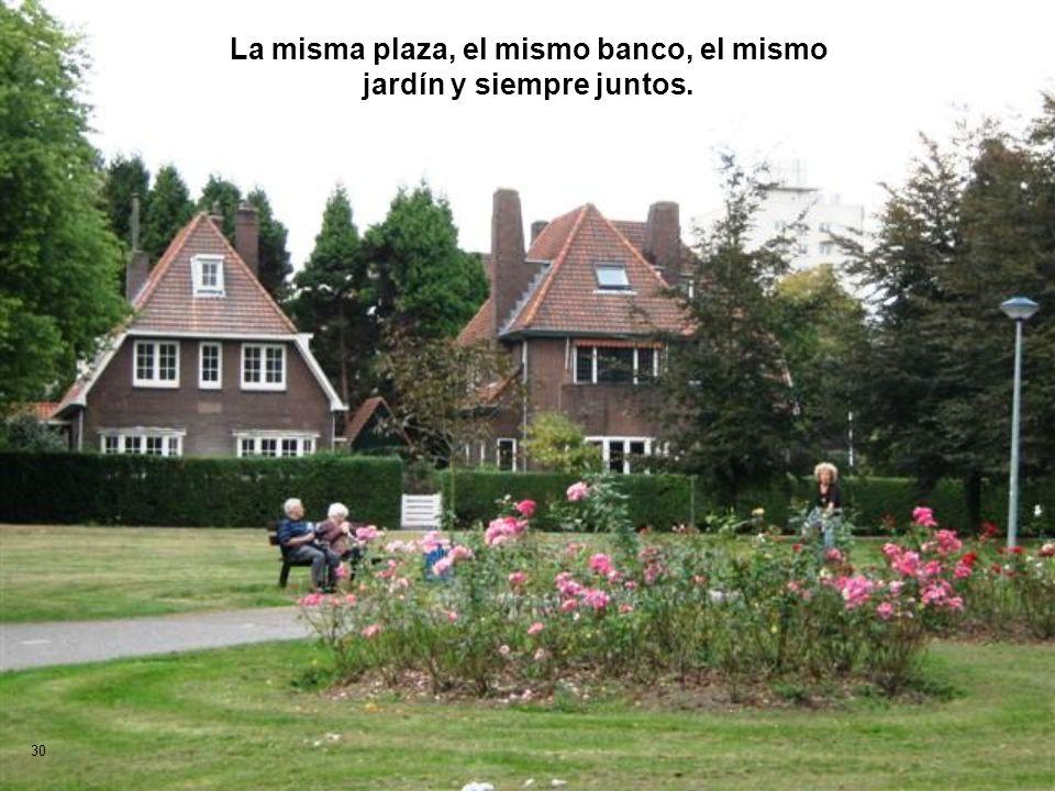 La misma plaza, el mismo banco, el mismo jardín y siempre juntos.