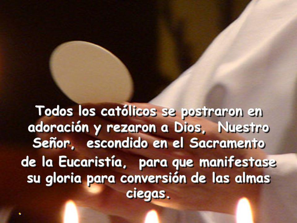 Todos los católicos se postraron en adoración y rezaron a Dios, Nuestro Señor, escondido en el Sacramento