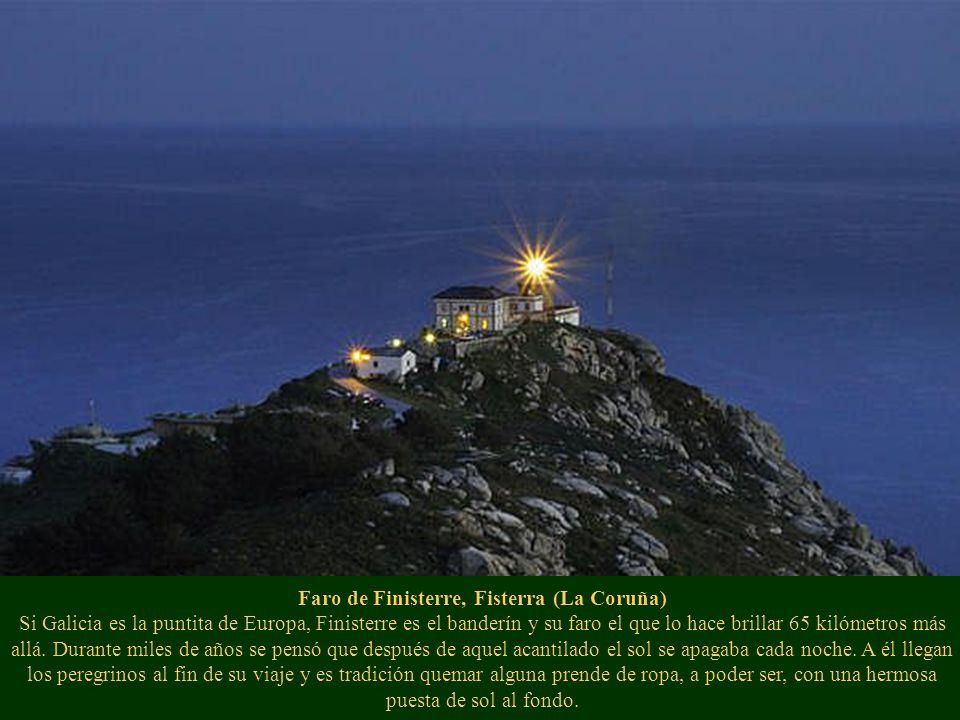 Faro de Finisterre, Fisterra (La Coruña) Si Galicia es la puntita de Europa, Finisterre es el banderín y su faro el que lo hace brillar 65 kilómetros más allá.