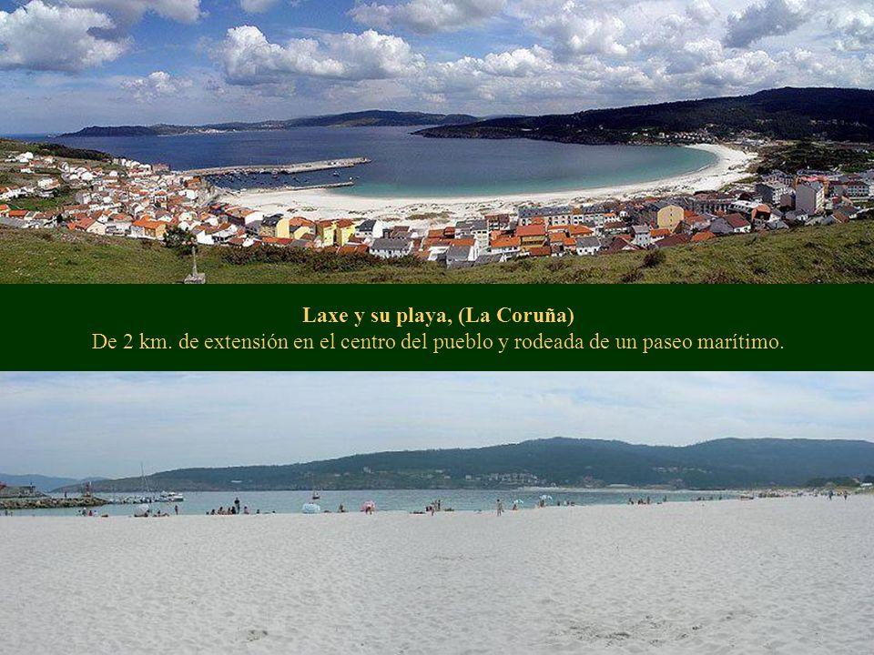 Laxe y su playa, (La Coruña) De 2 km