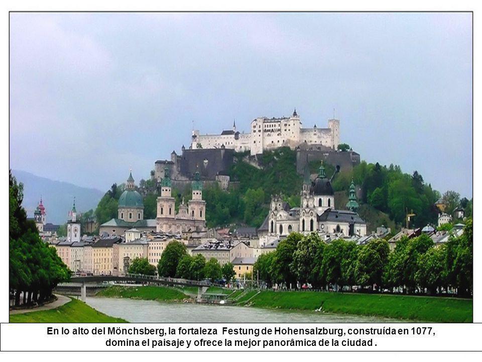 En lo alto del Mönchsberg, la fortaleza Festung de Hohensalzburg, construída en 1077, domina el paisaje y ofrece la mejor panorâmica de la ciudad .