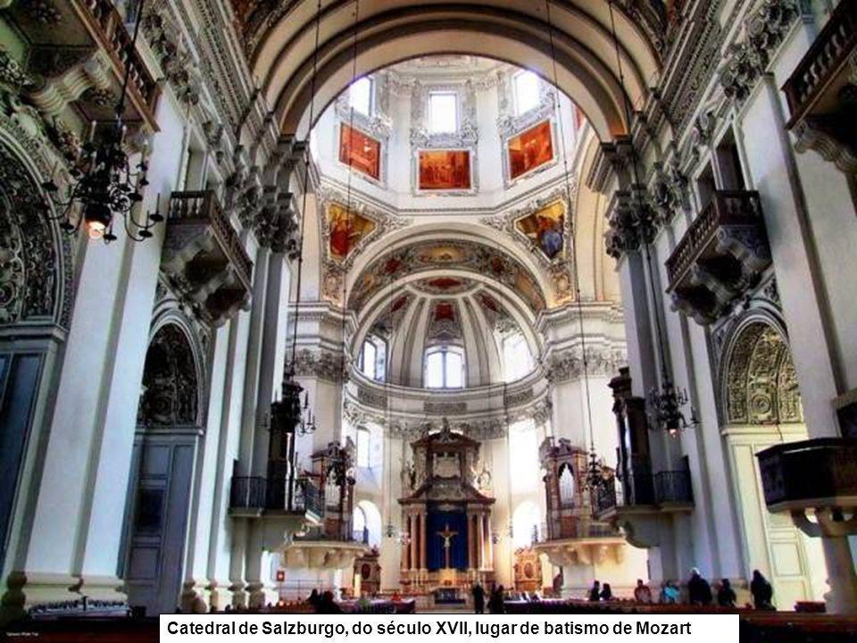 Catedral de Salzburgo, do século XVII, lugar de batismo de Mozart