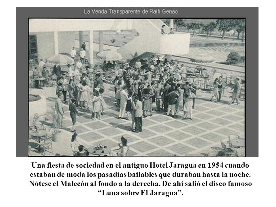 Una fiesta de sociedad en el antiguo Hotel Jaragua en 1954 cuando estaban de moda los pasadías bailables que duraban hasta la noche. Nótese el Malecón al fondo a la derecha. De ahí salió el disco famoso Luna sobre El Jaragua .