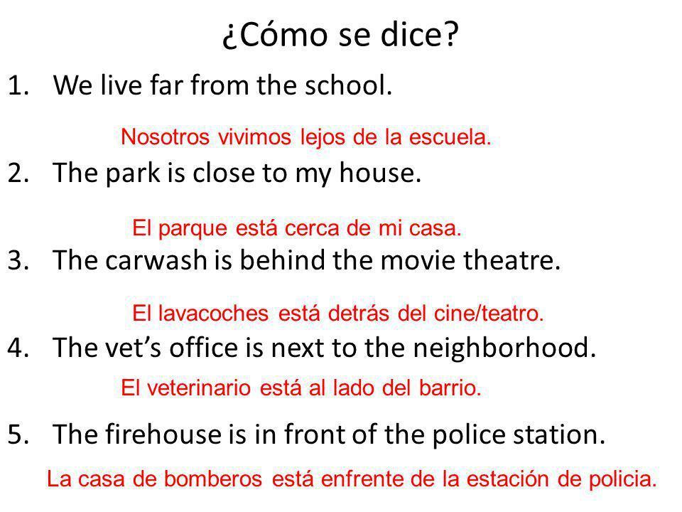 ¿Cómo se dice We live far from the school.