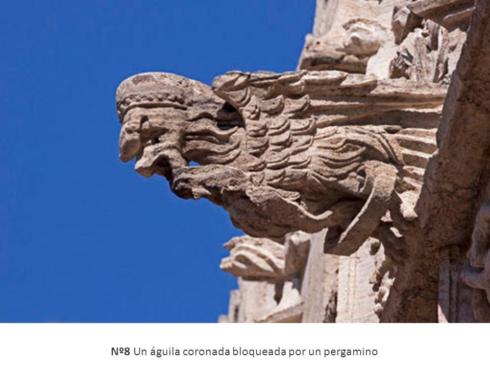 Nº8 Un águila coronada bloqueada por un pergamino