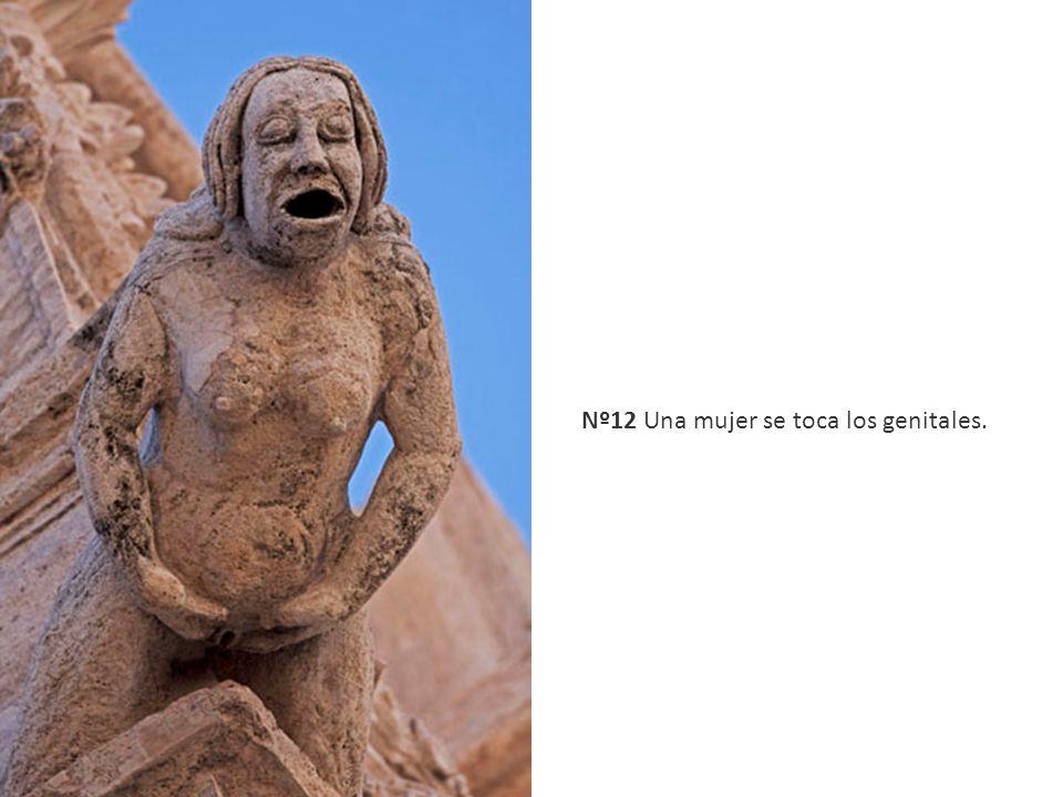 Nº12 Una mujer se toca los genitales.