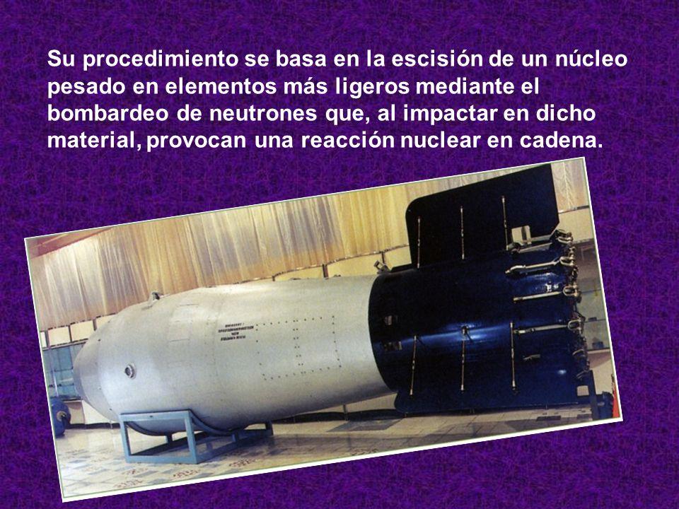 Su procedimiento se basa en la escisión de un núcleo pesado en elementos más ligeros mediante el bombardeo de neutrones que, al impactar en dicho material, provocan una reacción nuclear en cadena.