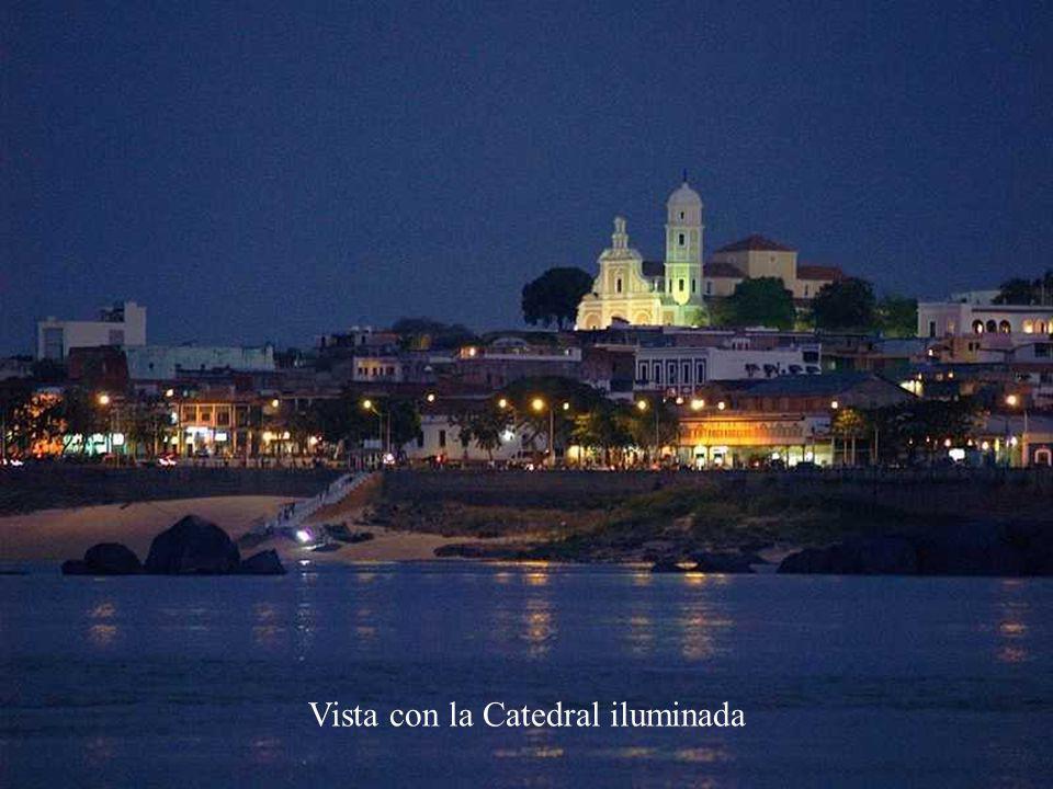 Vista con la Catedral iluminada