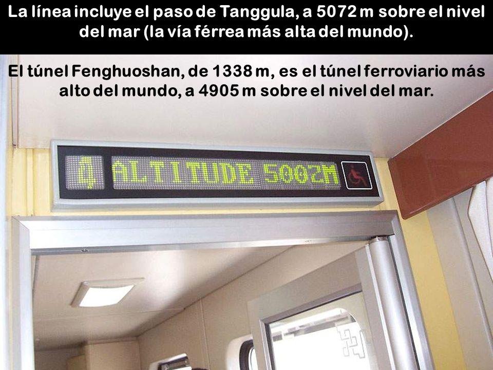 La línea incluye el paso de Tanggula, a 5072 m sobre el nivel del mar (la vía férrea más alta del mundo).
