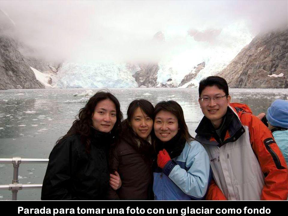 Parada para tomar una foto con un glaciar como fondo