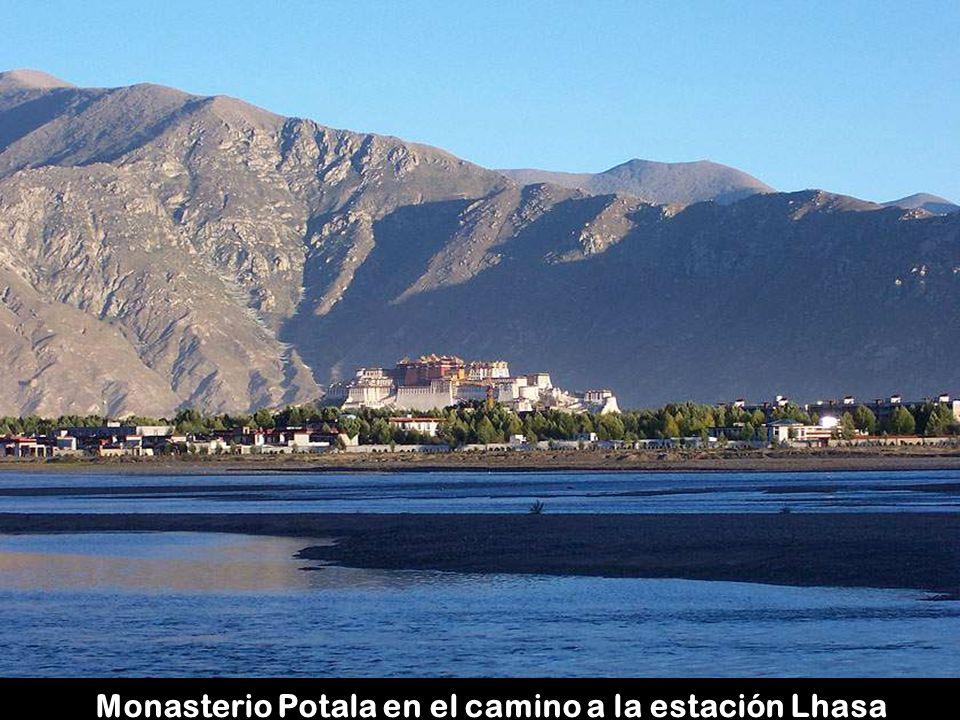 Monasterio Potala en el camino a la estación Lhasa
