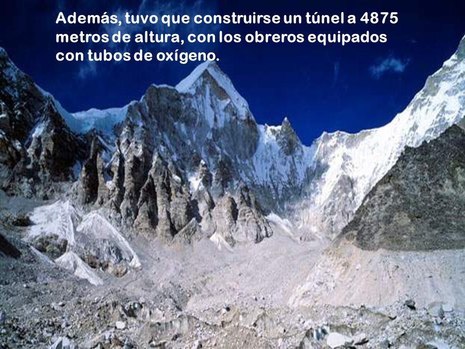 Además, tuvo que construirse un túnel a 4875 metros de altura, con los obreros equipados con tubos de oxígeno.