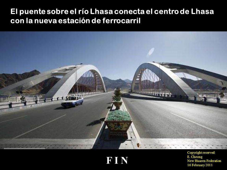 El puente sobre el río Lhasa conecta el centro de Lhasa con la nueva estación de ferrocarril
