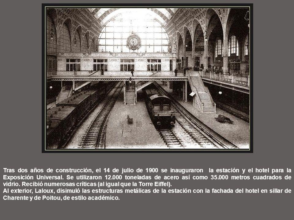Tras dos años de construcción, el 14 de julio de 1900 se inauguraron la estación y el hotel para la Exposición Universal. Se utilizaron 12.000 toneladas de acero así como 35.000 metros cuadrados de vidrio. Recibió numerosas críticas (al igual que la Torre Eiffel).