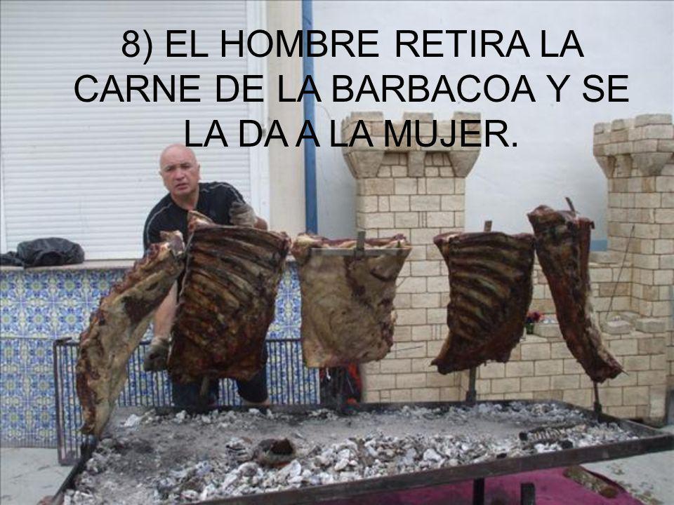 8) EL HOMBRE RETIRA LA CARNE DE LA BARBACOA Y SE LA DA A LA MUJER.