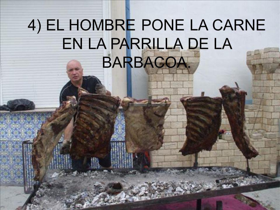4) EL HOMBRE PONE LA CARNE EN LA PARRILLA DE LA BARBACOA.