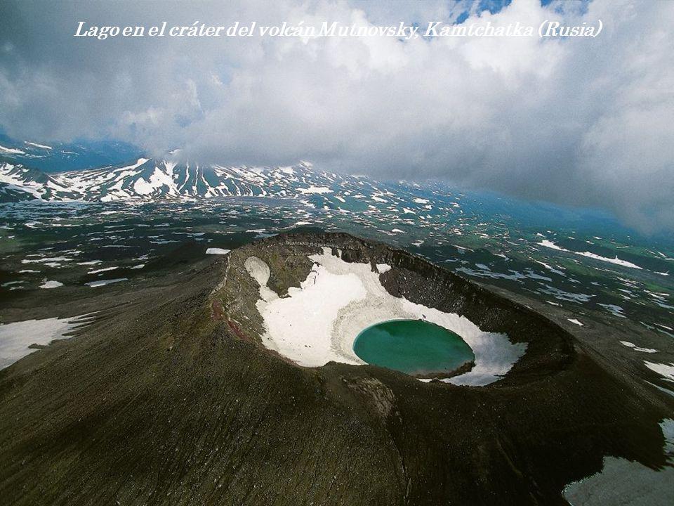 Lago en el cráter del volcán Mutnovsky, Kamtchatka (Rusia)