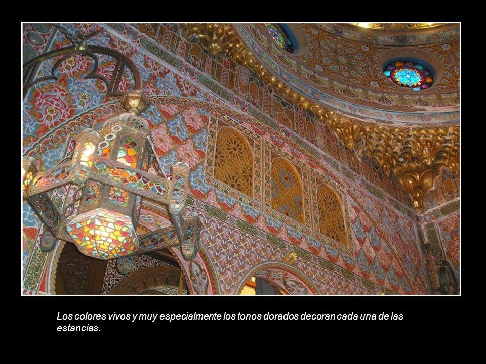 Los colores vivos y muy especialmente los tonos dorados decoran cada una de las estancias.
