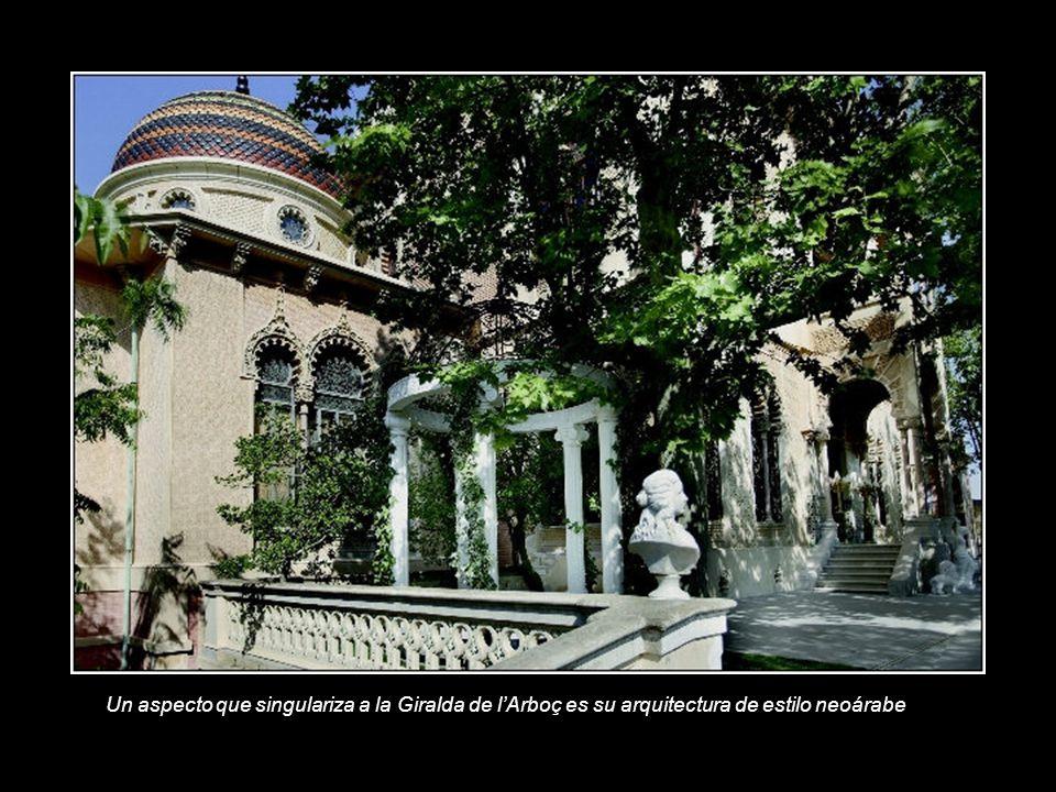 Un aspecto que singulariza a la Giralda de l'Arboç es su arquitectura de estilo neoárabe