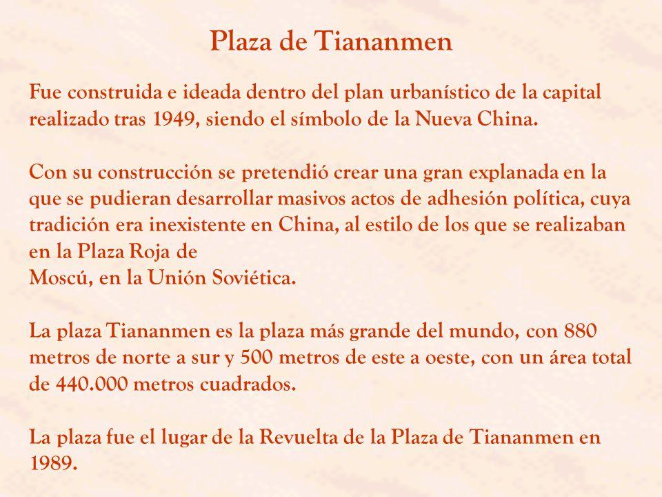 Plaza de Tiananmen Fue construida e ideada dentro del plan urbanístico de la capital realizado tras 1949, siendo el símbolo de la Nueva China.