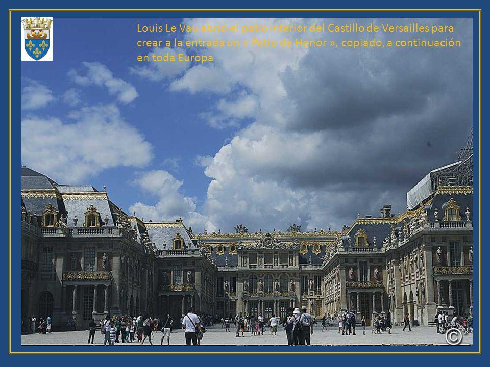 Louis Le Vau abrió el patio interior del Castillo de Versailles para crear a la entrada un « Patio de Honor », copiado, a continuación en toda Europa