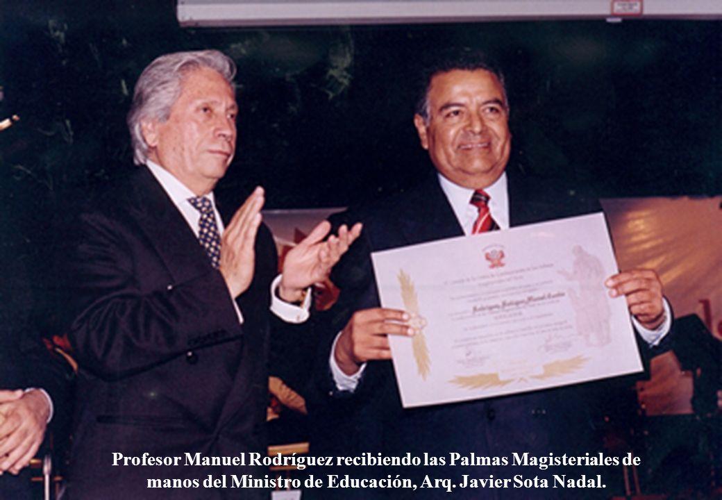 Profesor Manuel Rodríguez recibiendo las Palmas Magisteriales de manos del Ministro de Educación, Arq.
