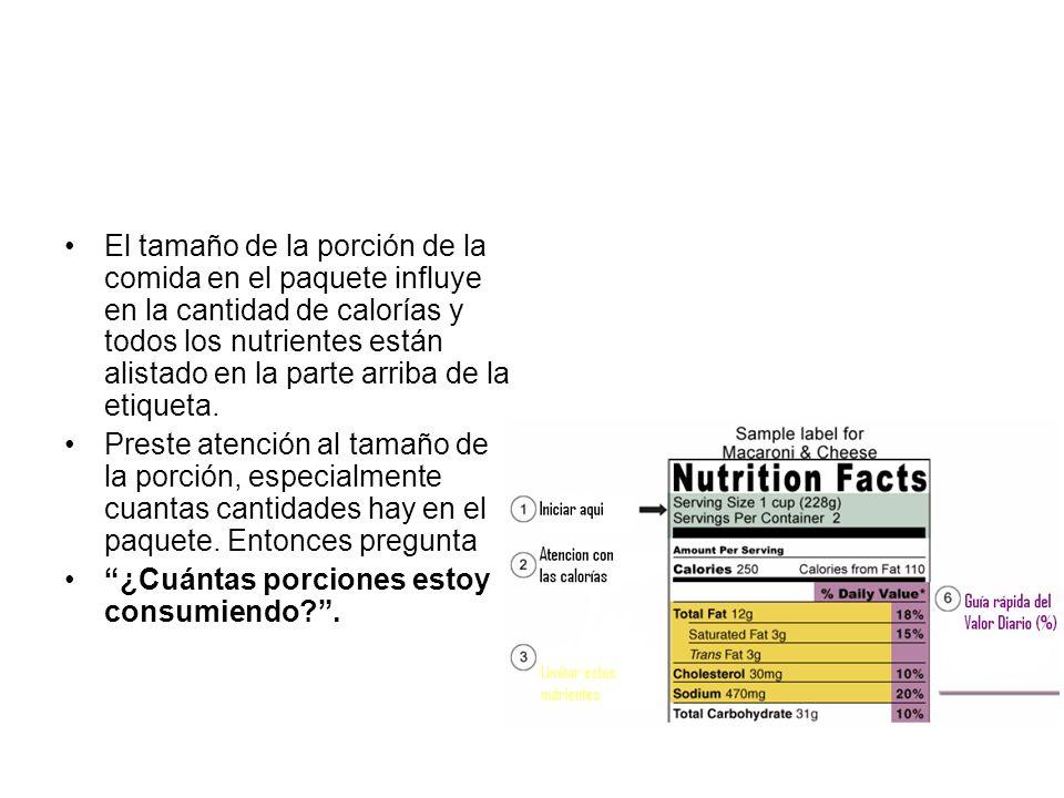 El tamaño de la porción de la comida en el paquete influye en la cantidad de calorías y todos los nutrientes están alistado en la parte arriba de la etiqueta.