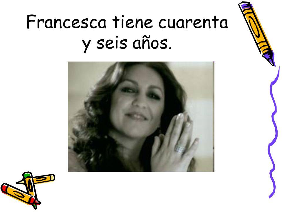 Francesca tiene cuarenta y seis años.