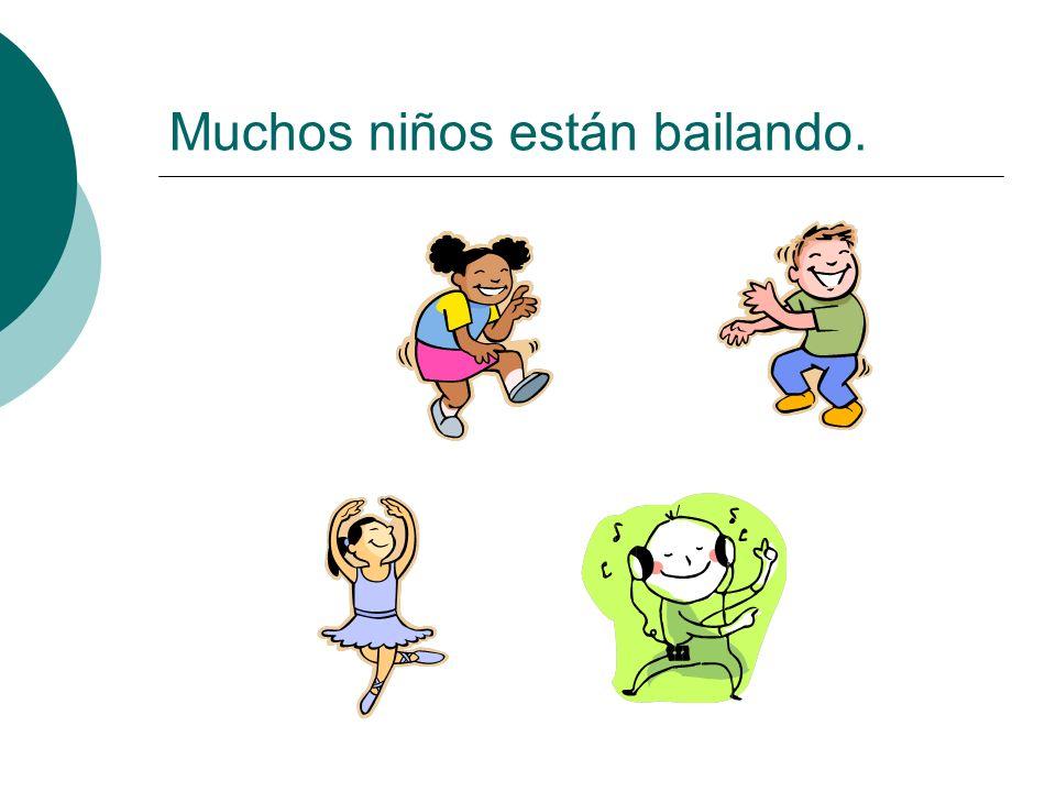 Muchos niños están bailando.
