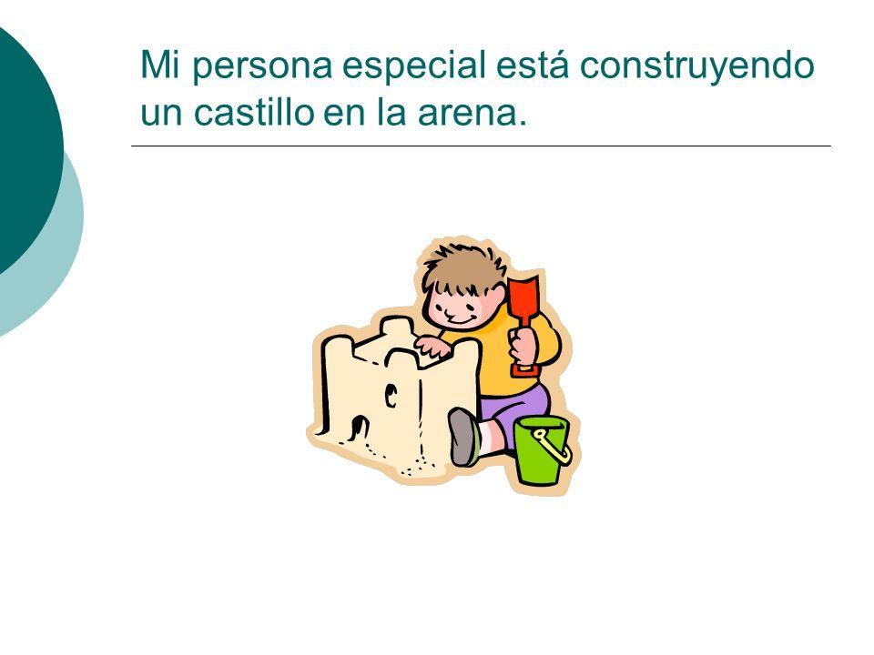 Mi persona especial está construyendo un castillo en la arena.