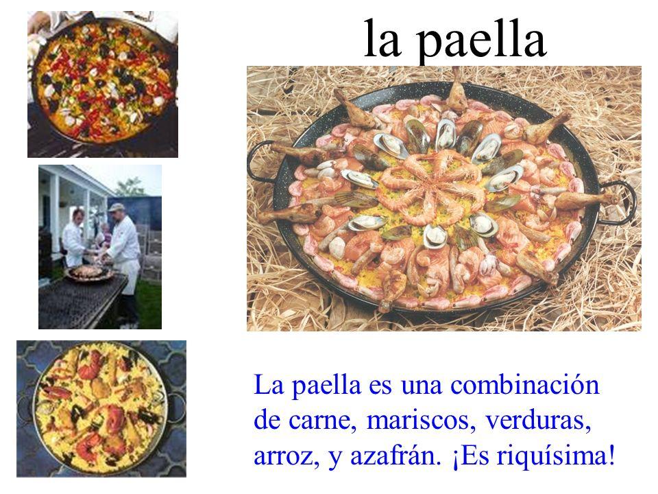 la paella La paella es una combinación de carne, mariscos, verduras, arroz, y azafrán.