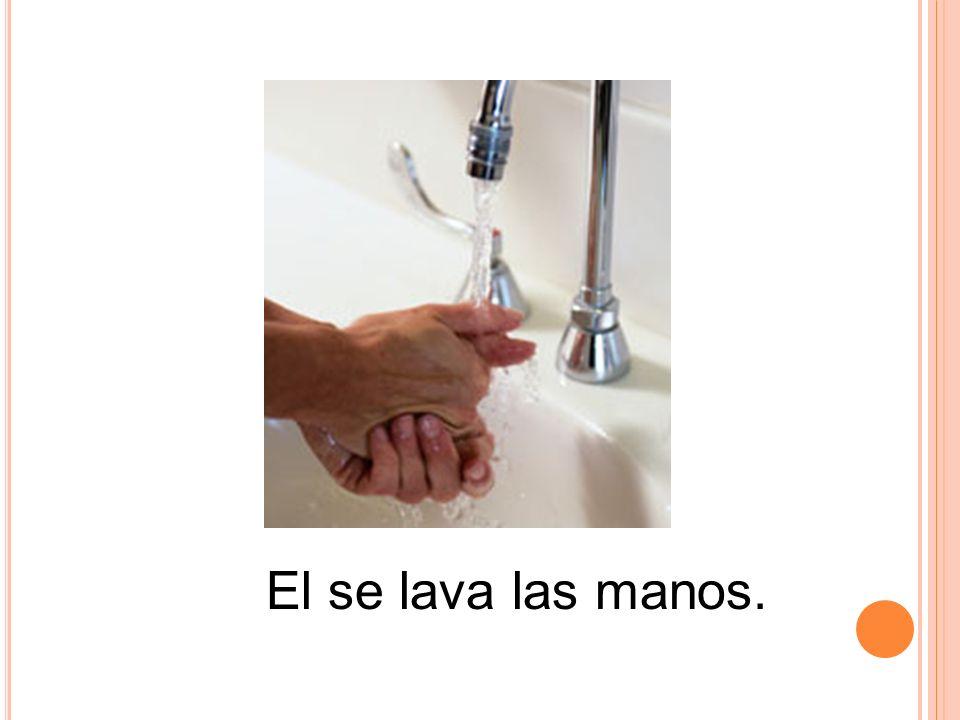 El se lava las manos.