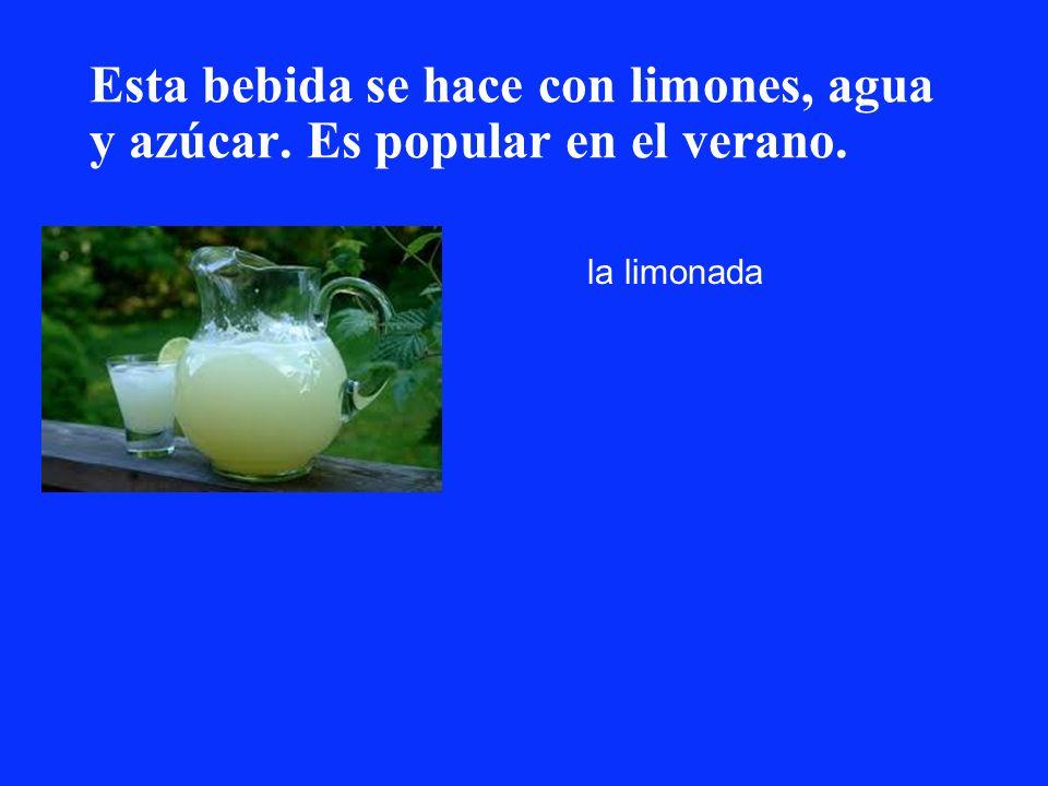 Esta bebida se hace con limones, agua y azúcar. Es popular en el verano.