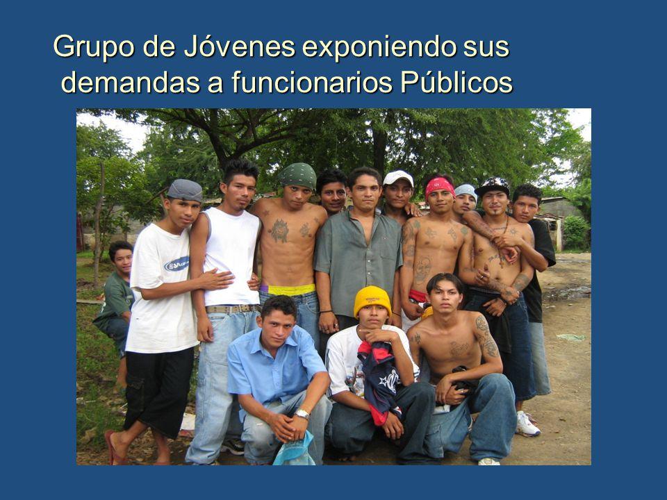 Grupo de Jóvenes exponiendo sus demandas a funcionarios Públicos