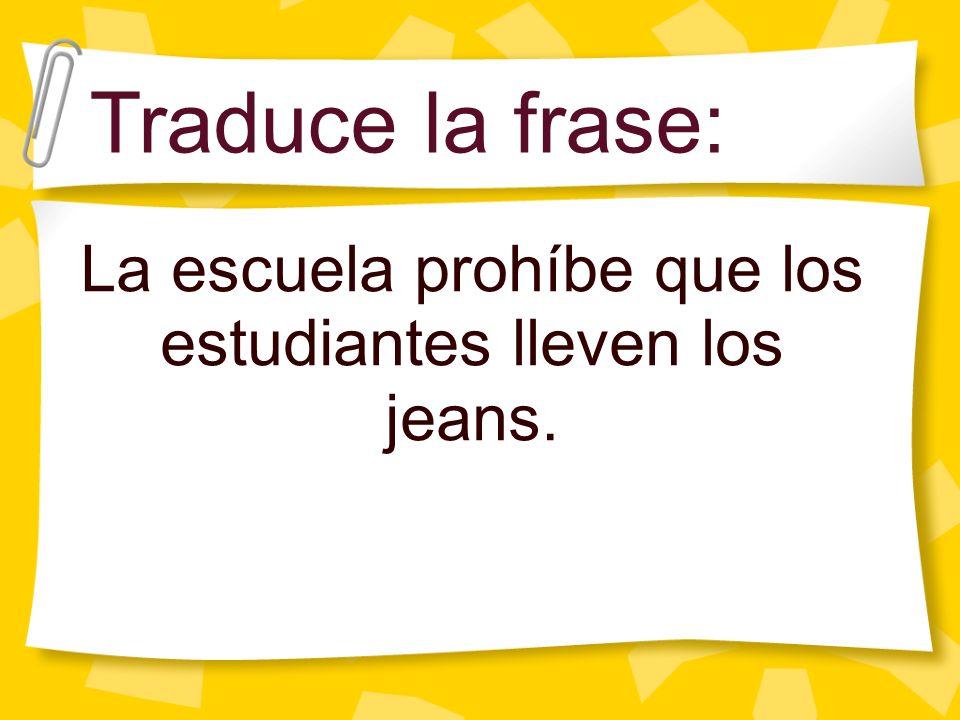 La escuela prohíbe que los estudiantes lleven los jeans.