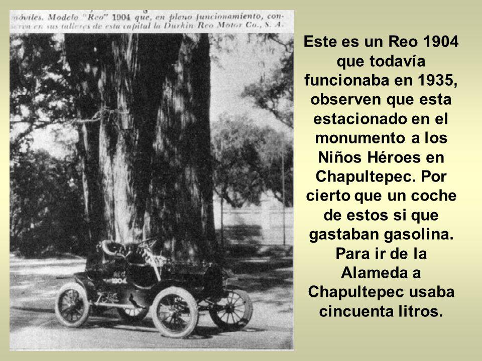 Este es un Reo 1904 que todavía funcionaba en 1935, observen que esta estacionado en el monumento a los Niños Héroes en Chapultepec.