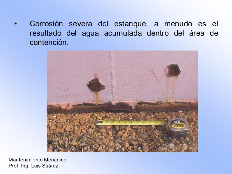 Corrosión severa del estanque, a menudo es el resultado del agua acumulada dentro del área de contención.