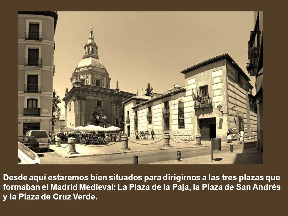 Desde aquí estaremos bien situados para dirigirnos a las tres plazas que formaban el Madrid Medieval: La Plaza de la Paja, la Plaza de San Andrés y la Plaza de Cruz Verde.