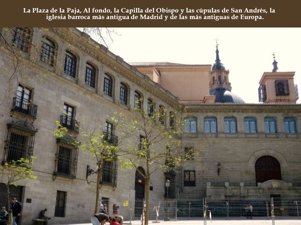 La Plaza de la Paja, Al fondo, la Capilla del Obispo y las cúpulas de San Andrés, la iglesia barroca más antigua de Madrid y de las más antiguas de Europa.