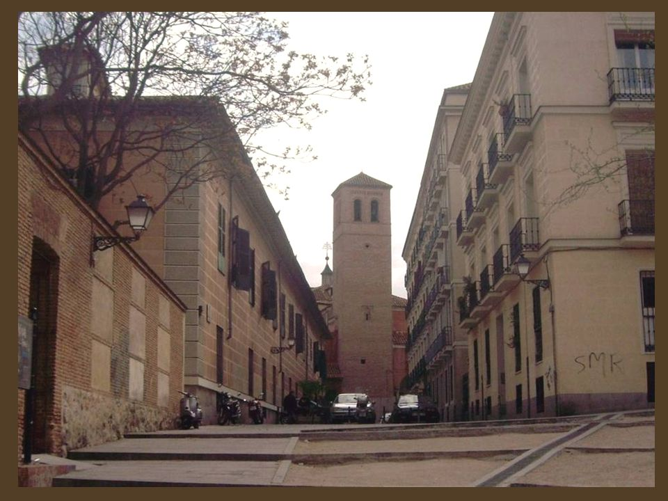 Desde la misma plaza se divisa la torre mudéjar de la iglesia de San Pedro 'El Viejo', datada en el siglo XIV. Además de su interés religioso y artístico, esta iglesia es conocida porque dicen que la primera campana que colgó de su torre se colocó sola.