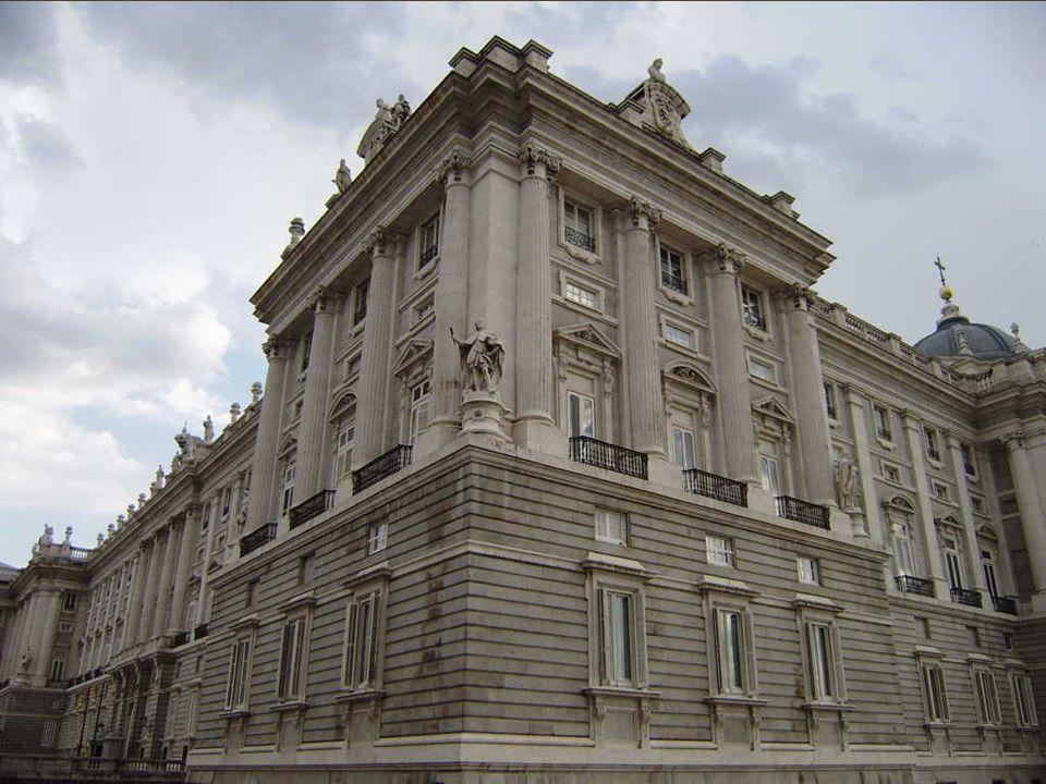 Al finalizar las obras, y para que el arquitecto no pudiese construir otro palacio igual, Felipe V ordenó que le sacaran los ojos y le cortaran los brazos y la lengua.