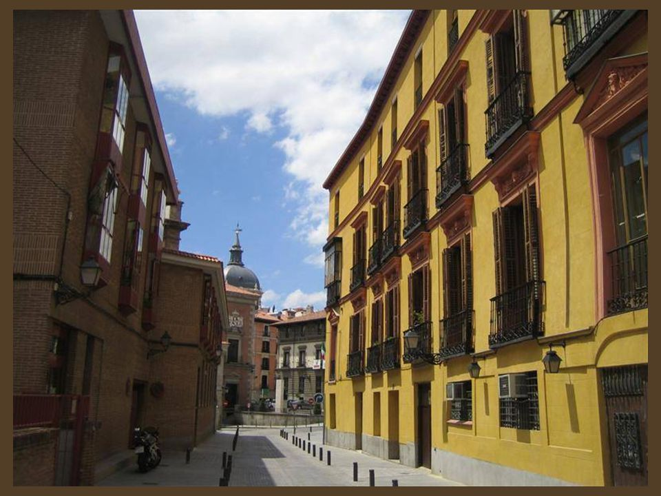 Cuenta la leyenda en la calle Sacramento en la manzana enclavada entre esta calle y las del Rollo y la de Madrid,